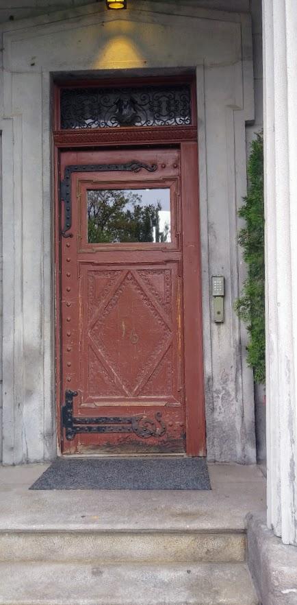 Q red door